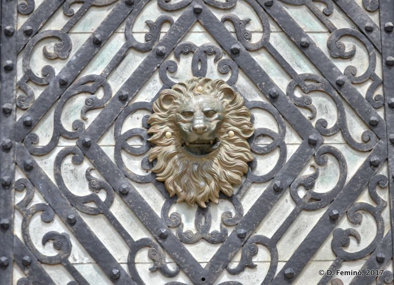 Lion face on gate (Sinaia, Romania, 2017)
