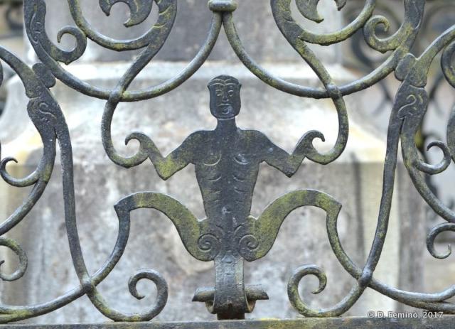 Figure on gate (Sinaia, Romania, 2017)