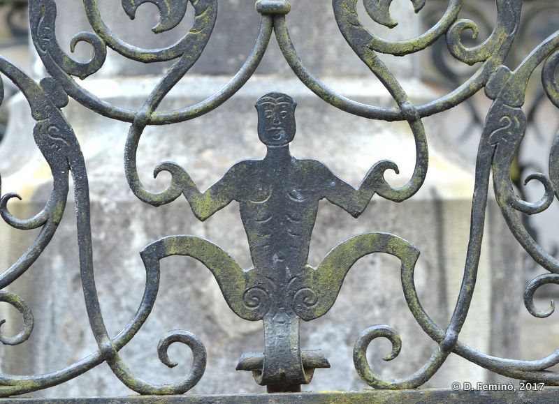 Figure on gate (Sinaia, Romania, 2017)