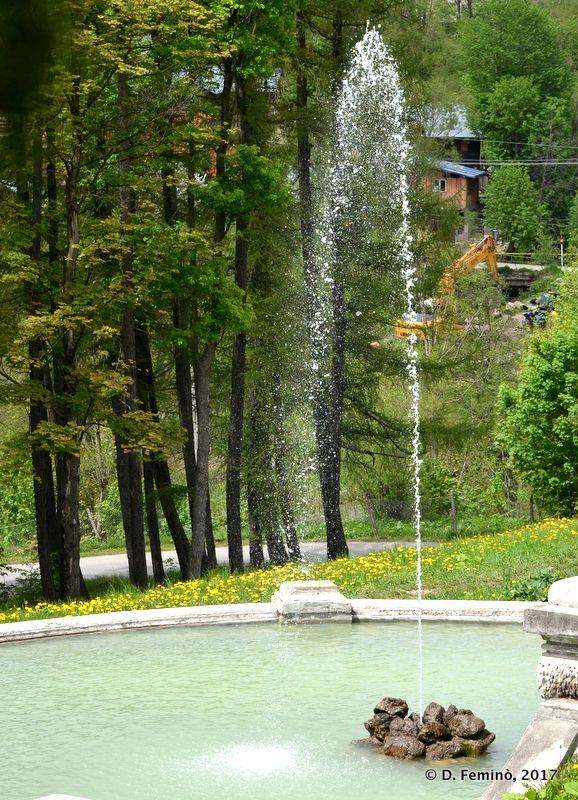 Fountain in Cantacuzino Castle (Busteni, Romania, 2017)