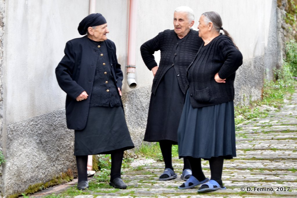 Gjirokastër, Ladies chatting