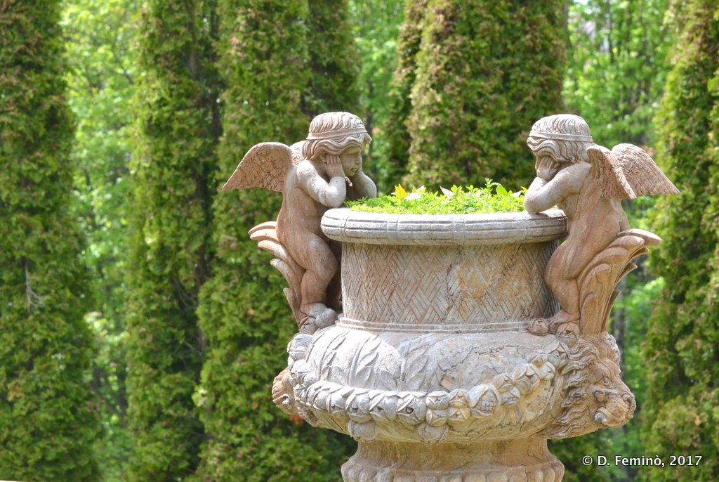 Busteni, cherubs statue in Cantacuzino castle