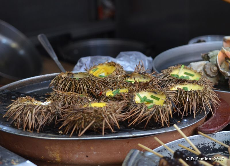 Sea urchins at Wangfujing market (Beijing, China, 2017)