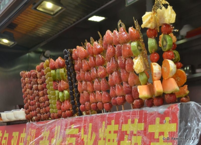 Fruit skewers at Wangfujing market (Beijing, China, 2017)