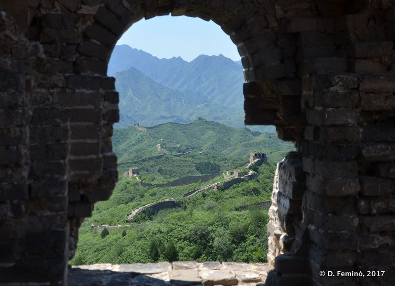 Peeking from a tower (Great Wall, China, 2017)