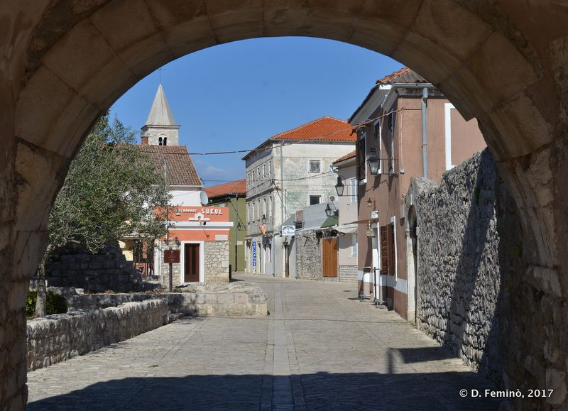 The town under the arch (Nin, Croatia, 2017)