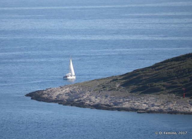 A leaving sailboat (Hvar, Croatia, 2017)