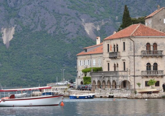 A boat reaching the harbour (Perast, Montenegro, 2017)