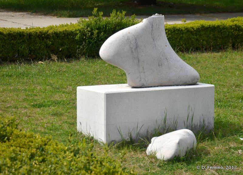 Modern statue (Nikšić, Montenegro, 2017)