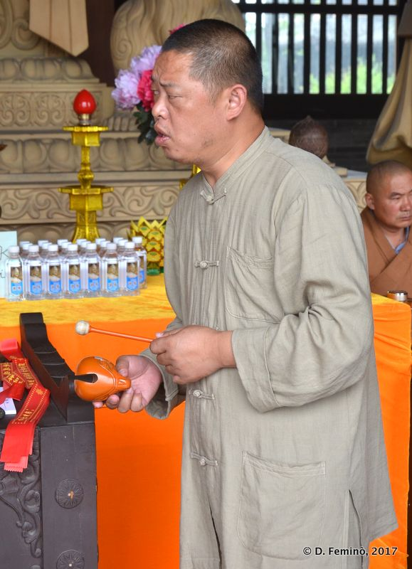 Monk playing maracas (Yungang, China, 2017)