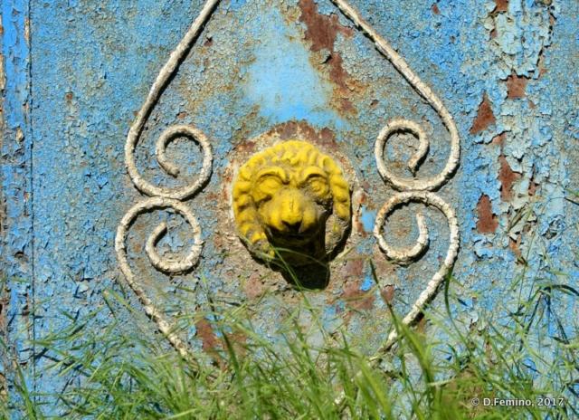Lion on a gate (Trebujeni, Moldova, 2017)