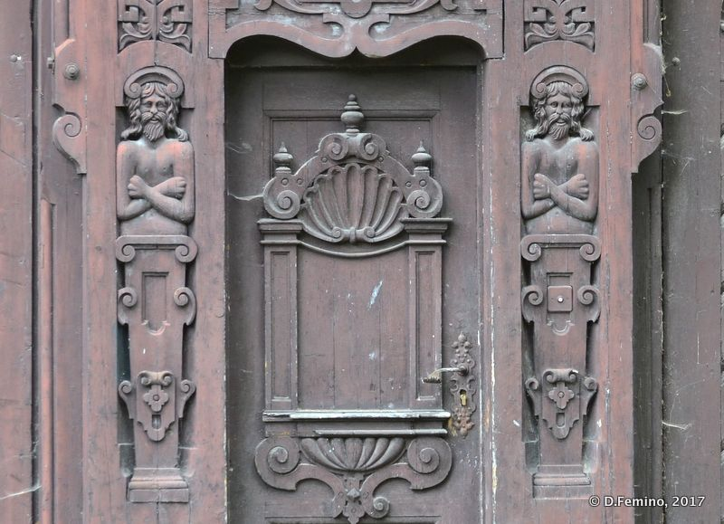 Carved out wooden door (Sinaia, Romania, 2017)