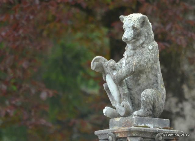 Small statue of a bear (Sinaia, Romania, 2017)