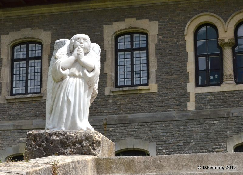 Little angel (Cantacuzino Castle, Romania, 2017)