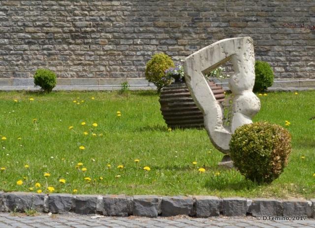 Modern statue (Cantacuzino Castle, Romania, 2017)