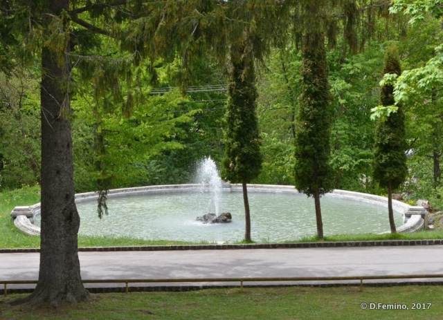 Fountain in the park (Cantacuzino Castle, Romania, 2017)