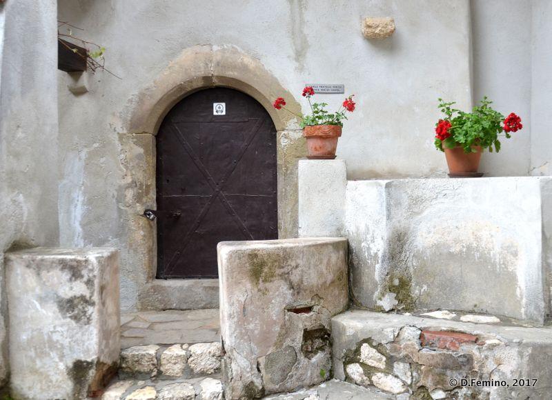Nice corner in castle court (Bran, Romania, 2017)