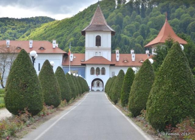 Way to monastery (Sâmbăta de Sus, Romania, 2017)