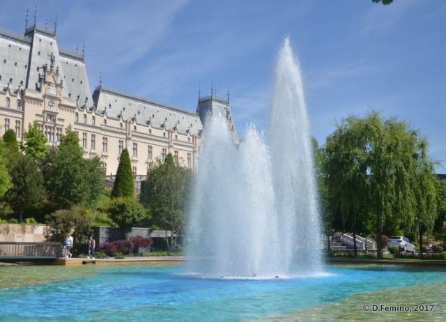 Fountain near the palace of culture (Iași, Romania, 2017)