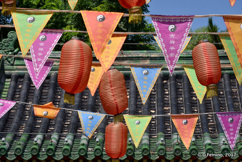 Festoons in Huode Zhenjun temple