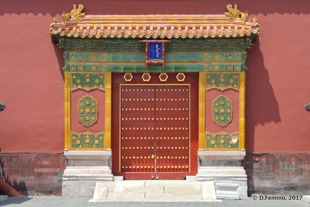 A beautiful gate in forbidden city