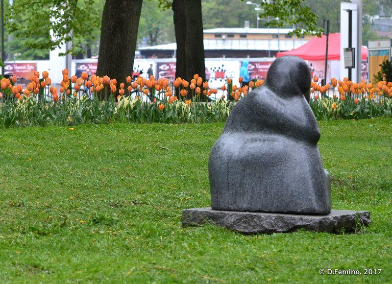 Modern statue of a woman (Tallin, Estonia, 2017)