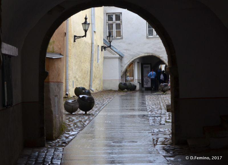 A glimpse under the arch (Tallin, Estonia, 2017)