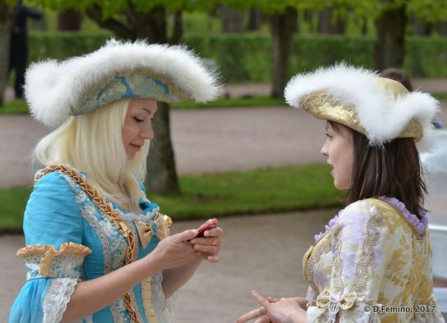 Modern dames (Peterhof, Russia, 2017)