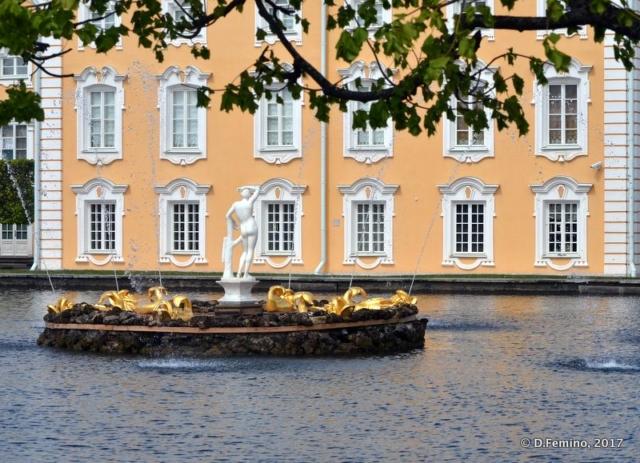 Fountain in upper gardens (Peterhof, Russia, 2017)