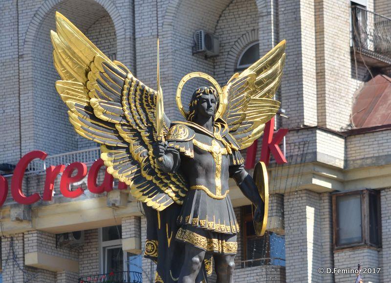 Archangel Michael statue in Maidan Nezalezhnosti (Kiev, Ukraine, 2017)