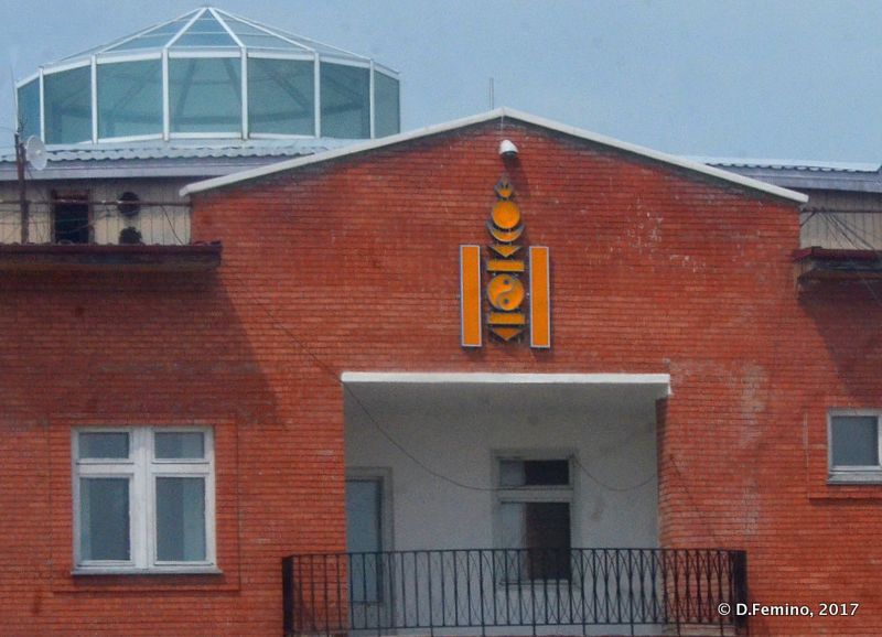 Symbol of Mongolia on first building I see (Altanbulag, Mongolia, 2017)
