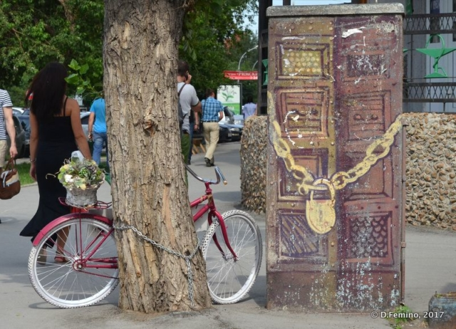 Bicycle and chain (Novosibirsk, Russia, 2017)