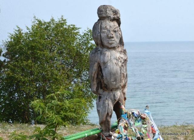 Wooden statue (Surkhayta lagoon, Russia, 2017)