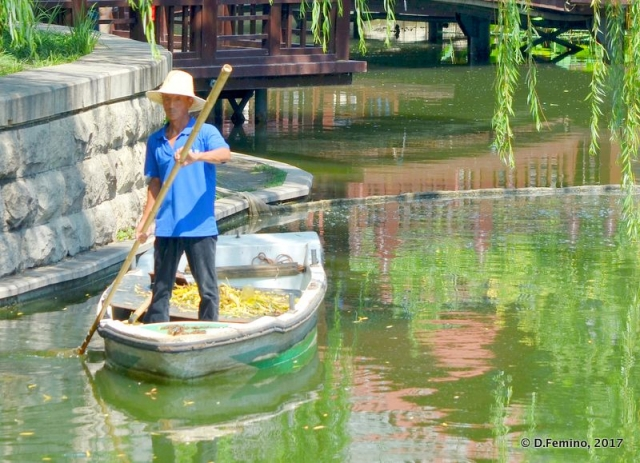 Cleaning a canal (Beijing, China, 2017)
