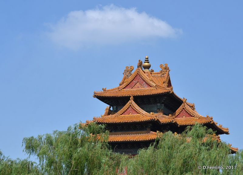 Pavilion on the top of Jade flower island (Beijing, China, 2017)