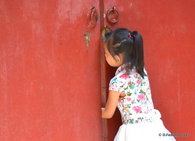 Looking behind the door (Beijing, China, 2017)
