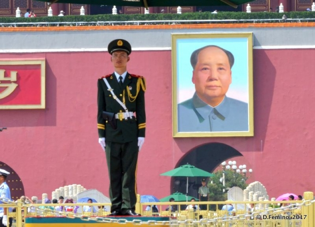 The soldier and Mao Zedong (Beijing, China, 2017)