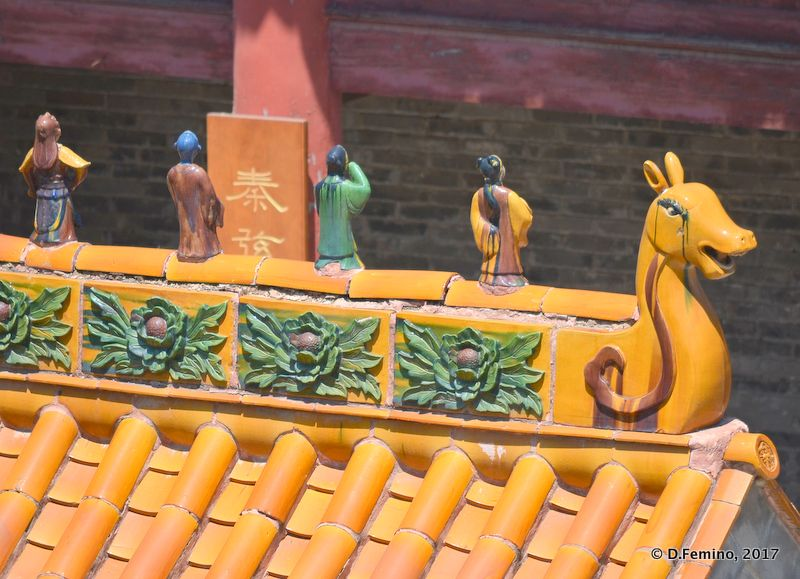 Little dragon on a roof (Jiangou, China, 2017)