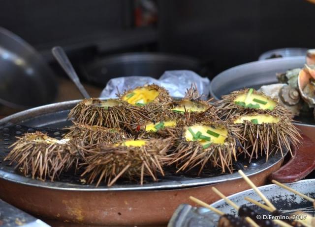 Urchins in Wangfujing snack street (Beijing, China, 2017)