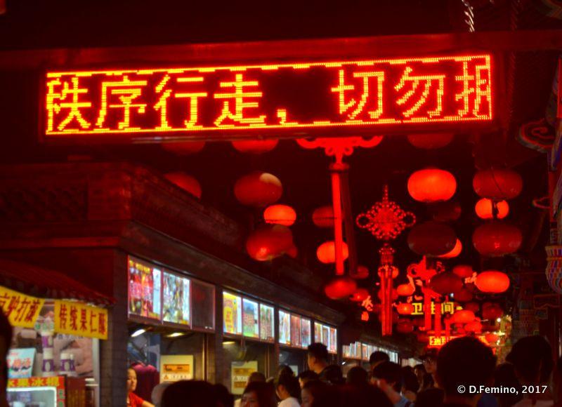 Wangfujing market at night (Beijing, China, 2017)