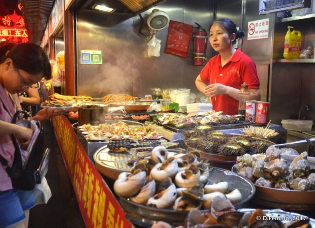 Seafood stall in Wangfujing (Beijing, China, 2017)