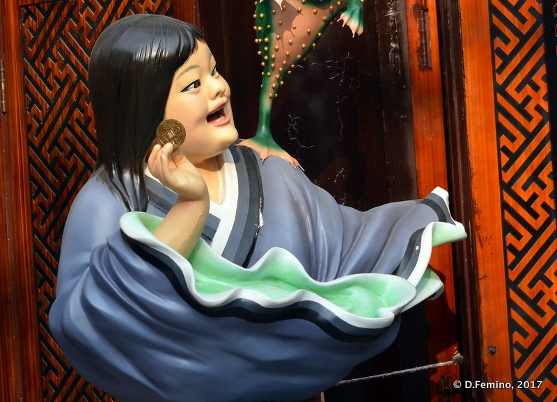 Porcelain statue in cultural street (Tianjin, China, 2017)