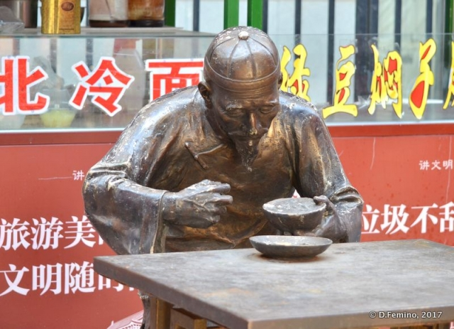 Noodle eater's statue (Tianjin, China, 2017)