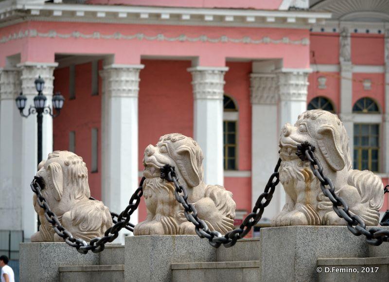 Lions keeping the chain (Ulaanbaatar, Mongolia, 2017)