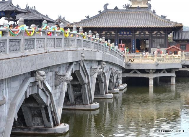 Bridge to Lingyan temple (Yungang Grottoes, China, 2017)