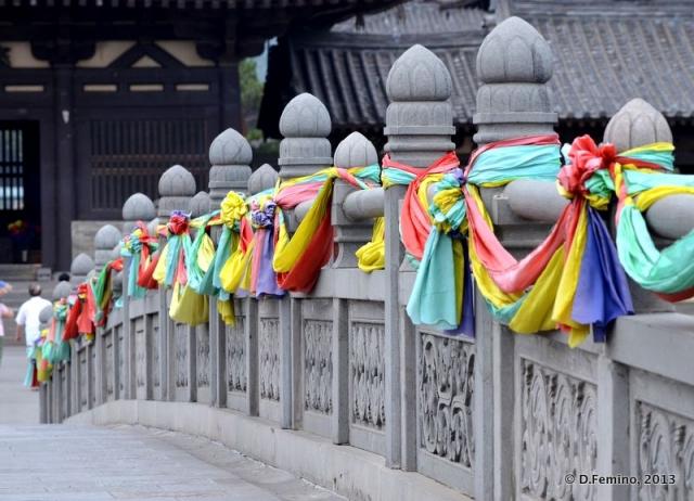Ribbons on the bridge (Yungang Grottoes, China, 2017)