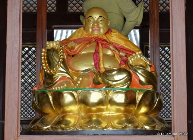 Golden buddha in a temple (Datong, China, 2017)