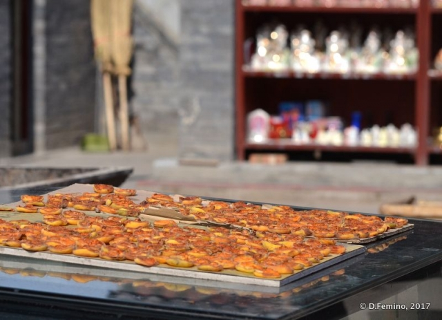Drying fruits within a temple (Datong, China, 2017)
