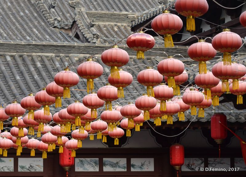 Red lanterns in the street (Datong, China, 2017)