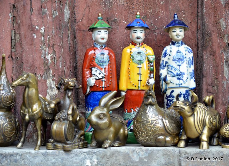Chinese statues as souvenir (Hunyuan County, China, 2017)